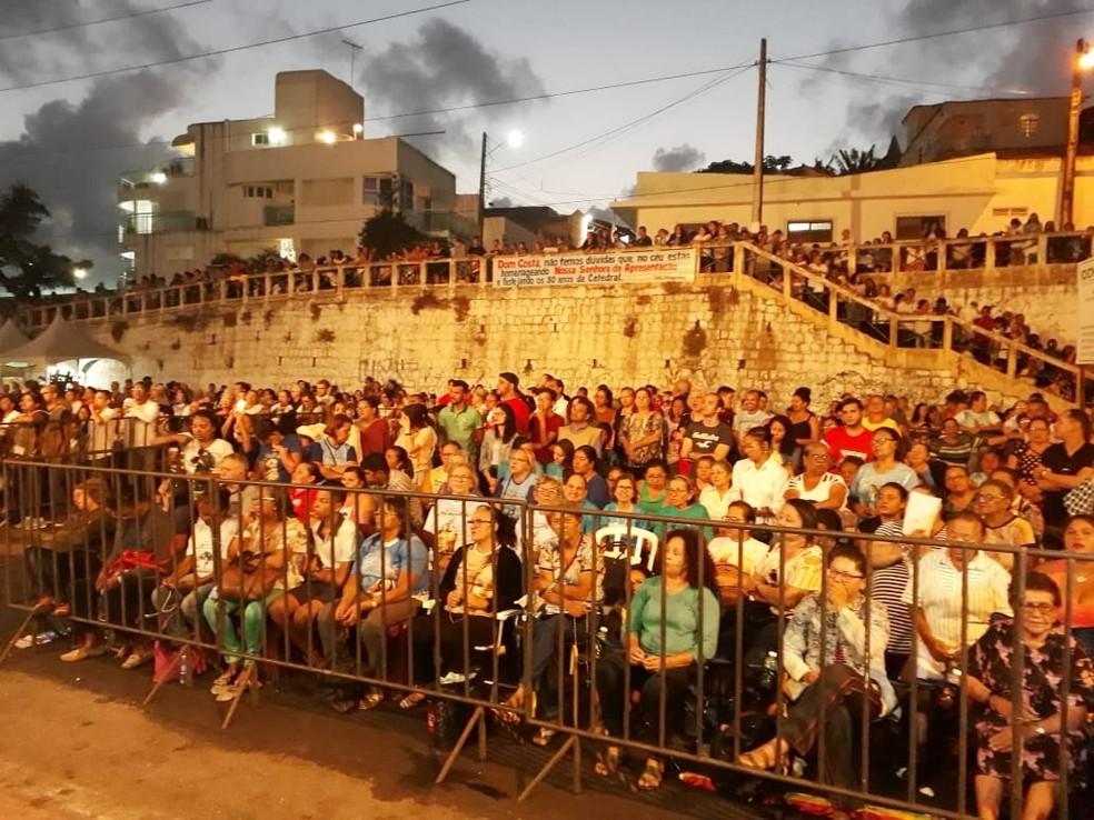 Muitos fiéis passaram a noite e madrugada em vigília, à espera da imagem de Nossa Senhora da Apresentação. — Foto: Marksuel Figueredo/Inter TV Cabugi