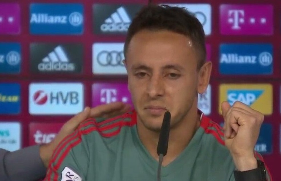 Rafinha se emociona em coletiva no Bayern: adeus confirmado, destino é dúvida — Foto: Bayern TV