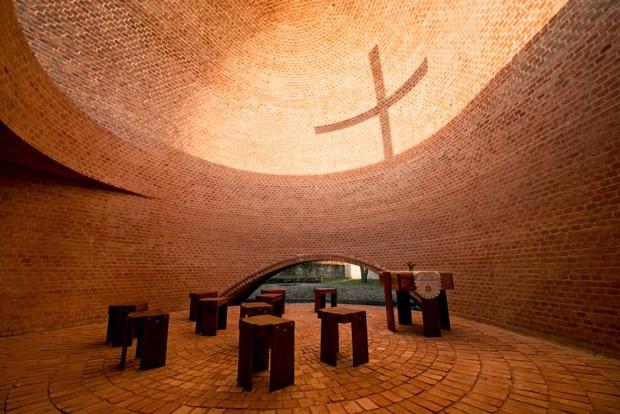 Capela na Argentina é feita a partir de material de construção reciclado (Foto: Nicolás Campodonico/Divulgação)