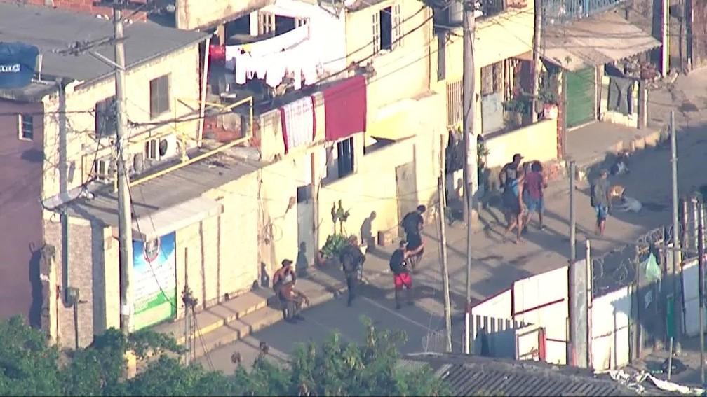 Homens chegam a outra comunidade depois de fuga por mata na Cidade de Deus — Foto: Reprodução/TV Globo