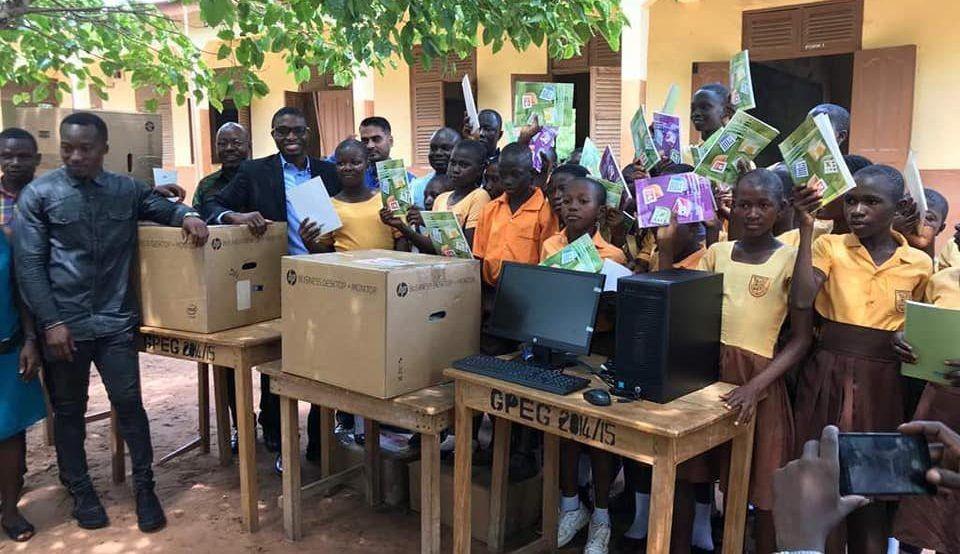 Estudantes recebem doação de computadores (Foto: Divulgação)