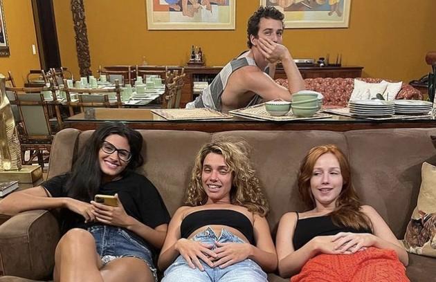As atrizes Leticia Salles, Bruna Linzmeyer e Malu Rodrigues com o ator Gabriel Stauffer ao fundo (Foto: Reprodução)