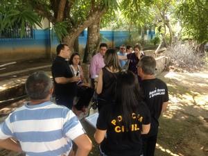Servidores e familiares aguardam informações da polícia em frente ao IML (Foto: Ísis Capistrano/ G1)