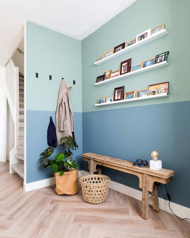 Décor do dia: Hall de entrada com parede bicolor verde e azul (Foto: Barbara Kieboom)