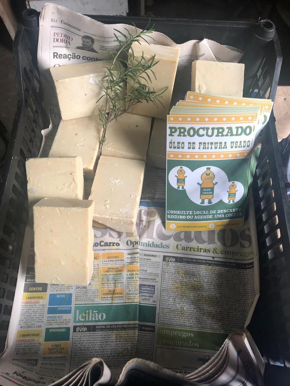 Sabão produzido pelo coletivo DedoVerde com o óleo de fritura usado.  — Foto: Beatriz Magalhães/G1