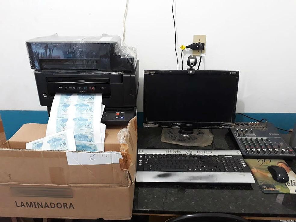 Equipamentos usados para produzir notas falsas foram apreendidos durante operação — Foto: Polícia Federal/Divulgação