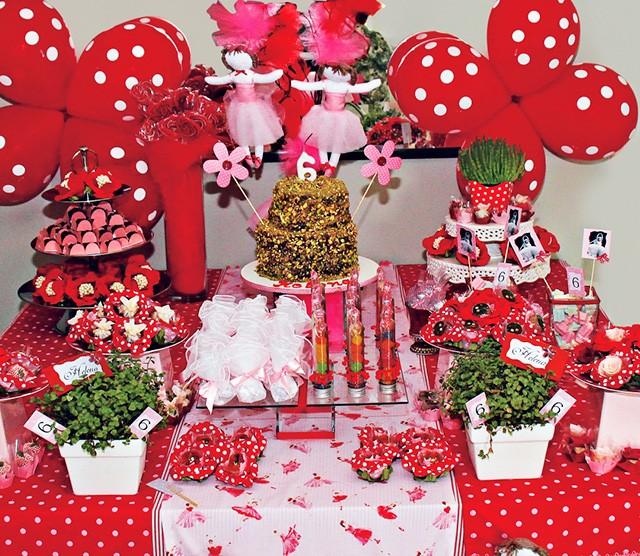 Em 2010, Bexigas em formato de flor usadas como decoração na mesa do bolo (Foto:  Arquivo pessoal)