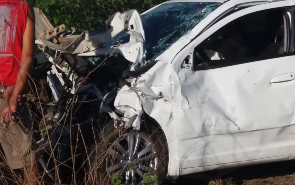 Um dos carros envolvidos em acidente na BR-235 com cinco mortos da mesma família na Bahia — Foto: Divulgação/Polícia Civil de Remanso
