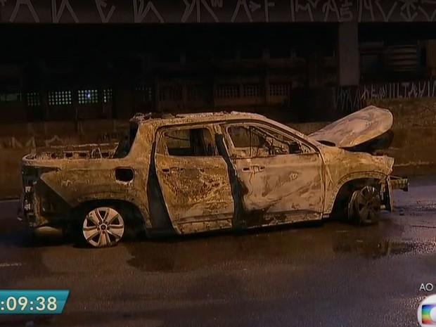 Este carro ficou totalmente destruído no ataque à Protege em Santo André (Foto: TV Globo/Reprodução)