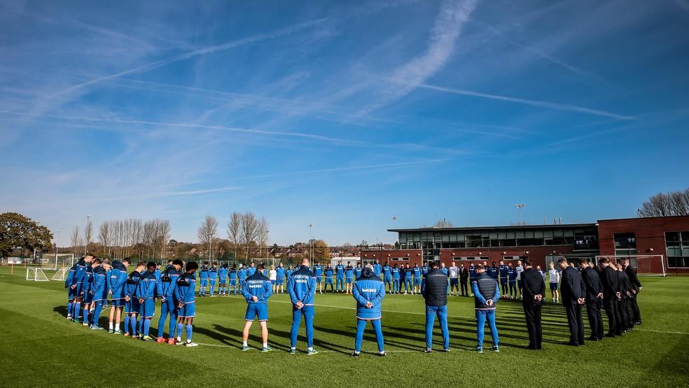 Jogadores e comissão técnica do Stoke City fizeram um minuto de silêncio em homenagem à Dionatan Teixeira (Foto: Divulgação/Stoke City)