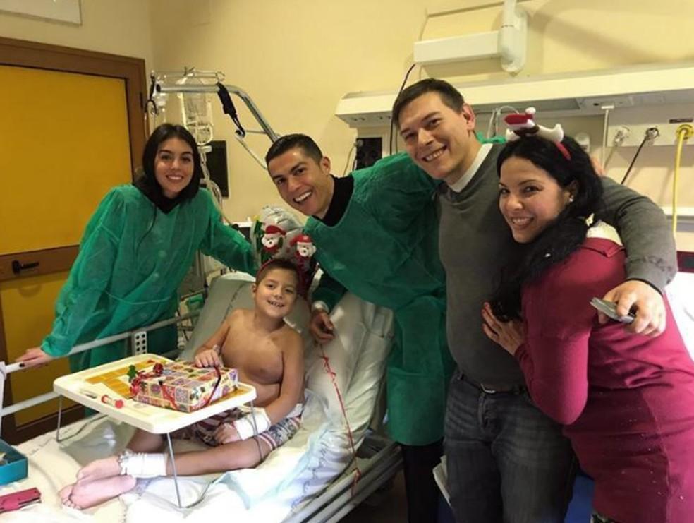 Cristiano Ronaldo fez vistal a hospital na véspera do Natal — Foto: Reprodução