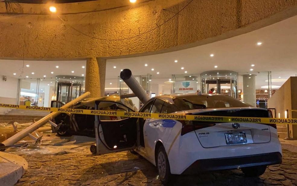 Carros danificados em frente a um hotel após um terremoto em Acapulco — Foto: Francisco Robles / AFP Photo