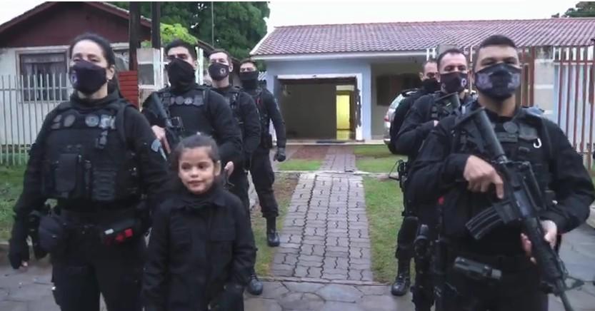 Menina que sonha em ser policial ganha festa de aniversário e presentes da Polícia Penal
