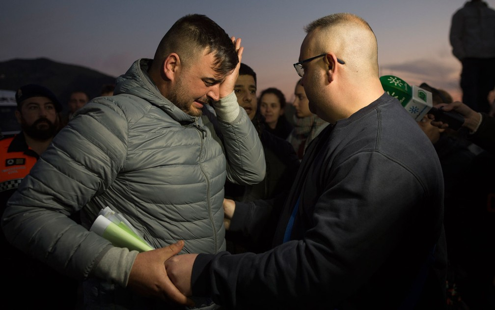 José Roselló (esquerda), pai do menino Julen, que caiu em poço em Totalán, na Espanha, chora durante operação de resgate, em foto de quarta-feira (16) — Foto: Jorge Guerrero/AFP