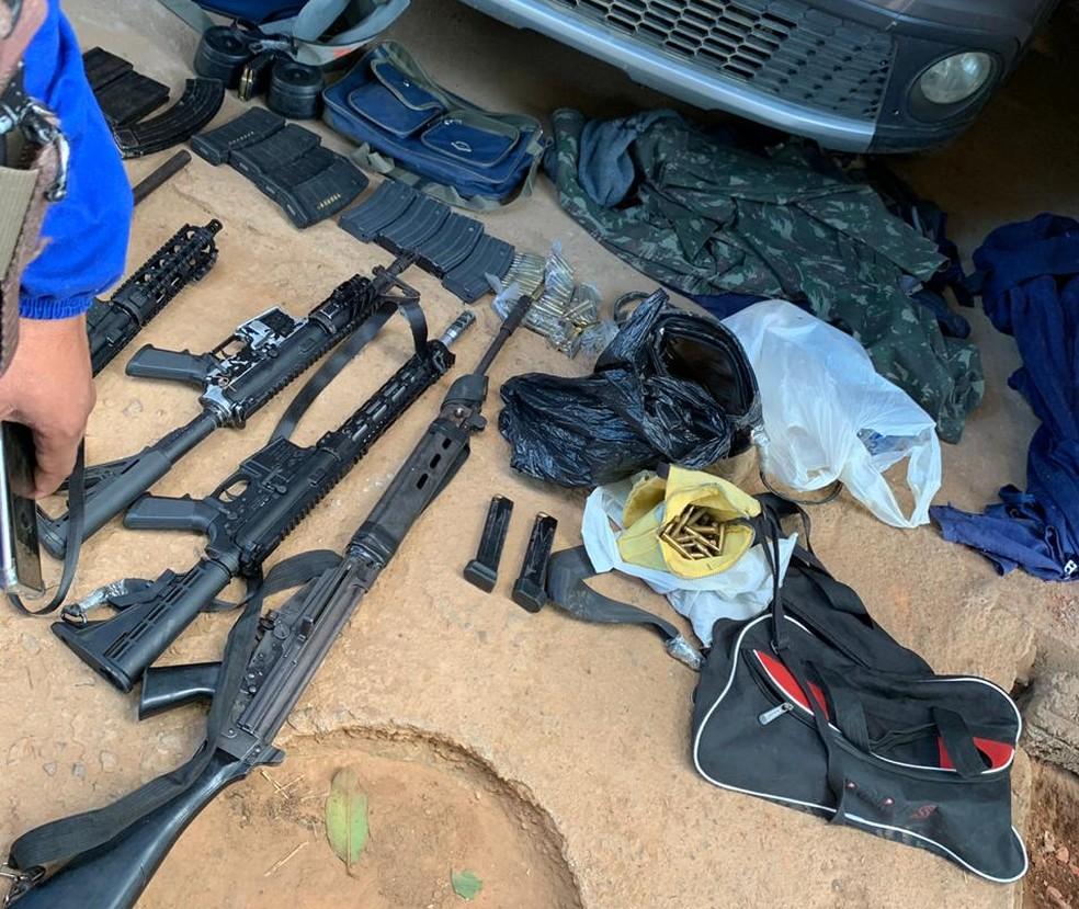 Até esta publicação, quatro fuzis foram apreendidos, além de munições. — Foto: Polícia Militar/Divulgação