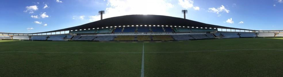 Estádio Albertão, em Teresina. Apenas as arquibancadas rádio e TV estão liberadas (Foto: Arthur Ribeiro/GloboEsporte.com)