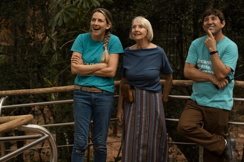 Carmel ao lado da mãe e do funcionário Cícero, no Parque das Aves — Foto: Carmel Croukamp Davies/Arquivo pessoal