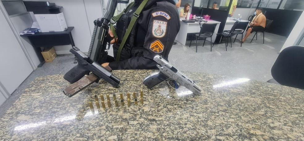 Duas pistolas calibre 9mm foram apreendidas com criminosos em ação do 8ºBPM, em Campos — Foto: Divulgação Polícia Militar