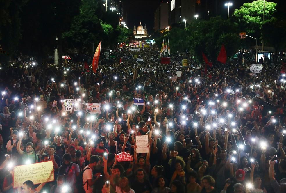 Manifestantes participam de ato contra cortes na educação, na Candelária, no Rio de Janeiro, nesta quarta-feira (15) — Foto: REUTERS/Pilar Olivares