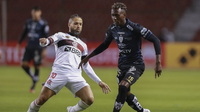 Diego durante o jogo do Flamengo contra o Del Valle