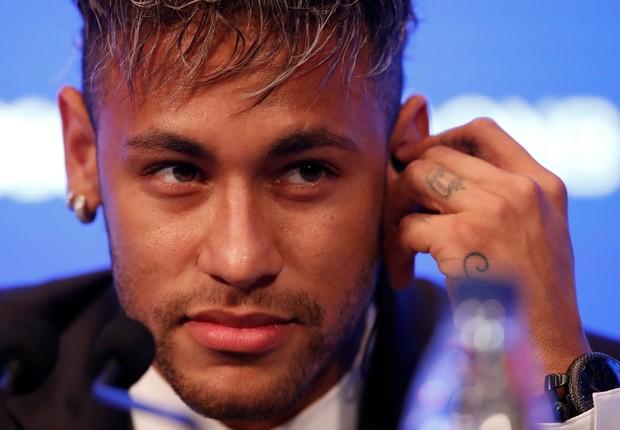 Em coletiva no PSG, Neymar usa relógio de sua coleção (Foto: Christian Hartmann/Reuters)