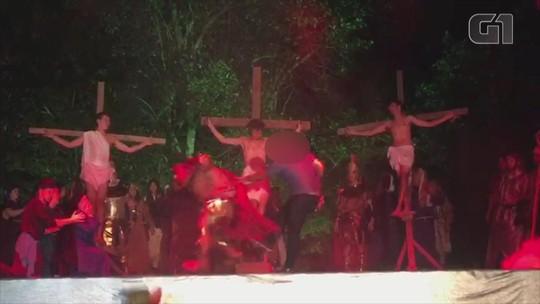 Homem invade encenação da Paixão de Cristo e agride soldado romano com capacete em Nova Hartz, no RS