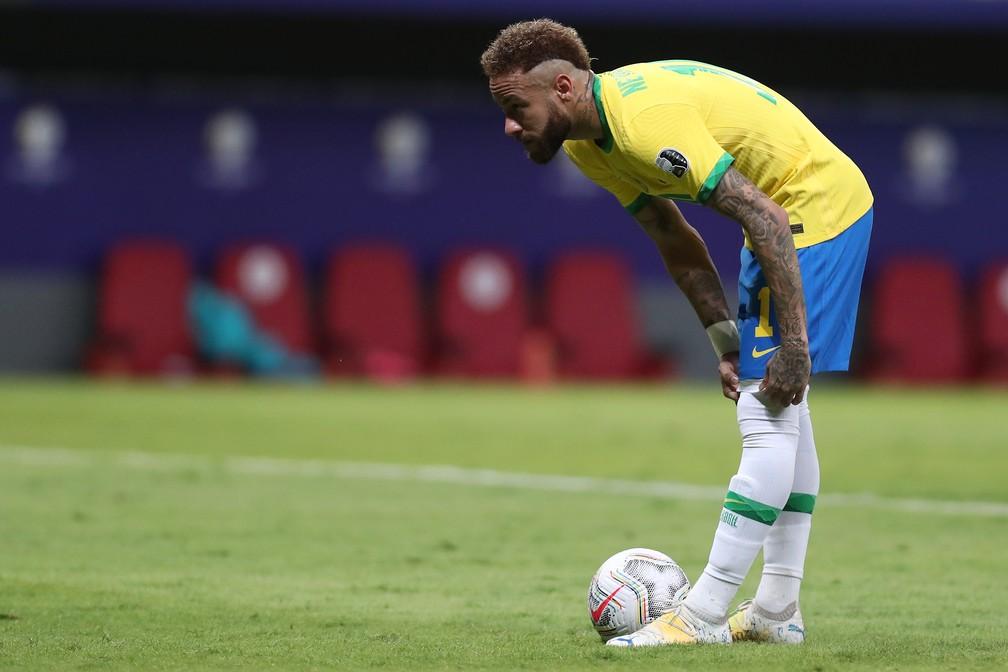 Neymar se prepara para cobrar pênalti em Brasil x Venezuela - Copa América 2021 — Foto: Buda Mendes/Getty Images