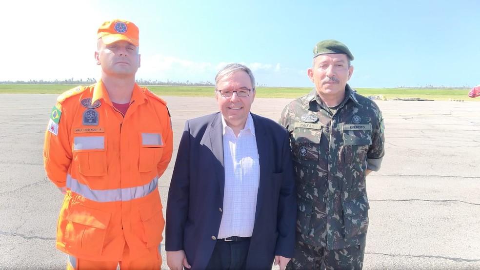 O major Rafael Cosendey com o ministro embaixador, Carlos Alfonso Iglesias Puente, e o coronel da Artilharia Moisés da Paixão Júnior, — Foto: Corpo de Bombeiros/Divulgação