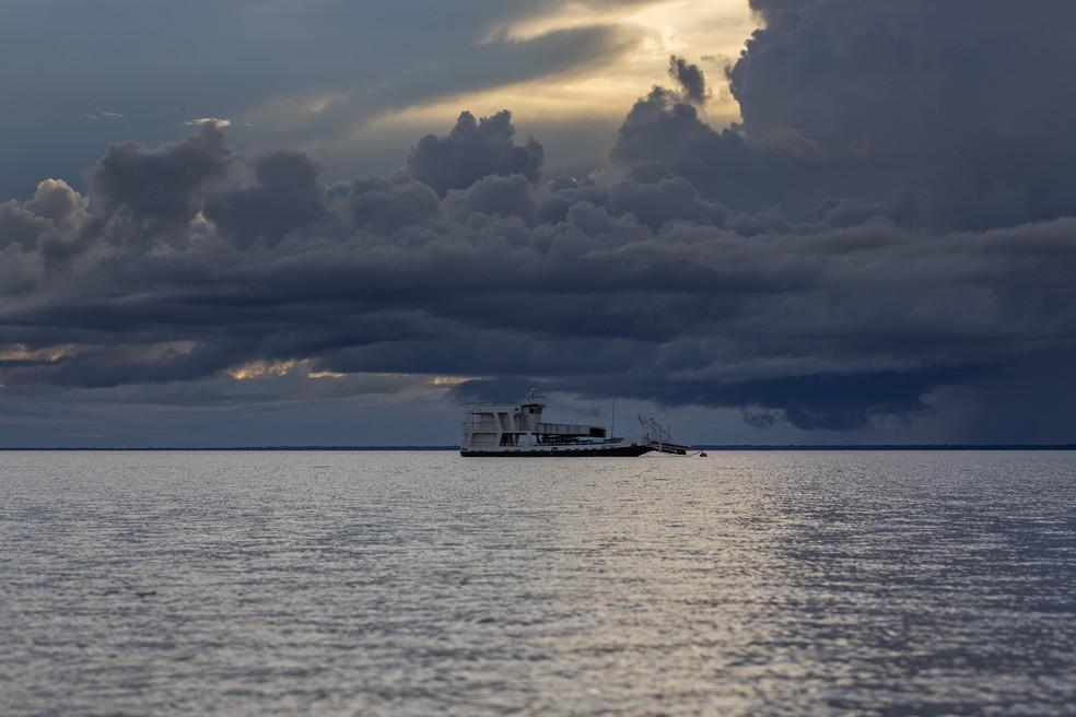 Embarcação durante entardecer no Rio Tapajós, perto de Alter do Chão (PA) — Foto: Marcelo Brandt / G1