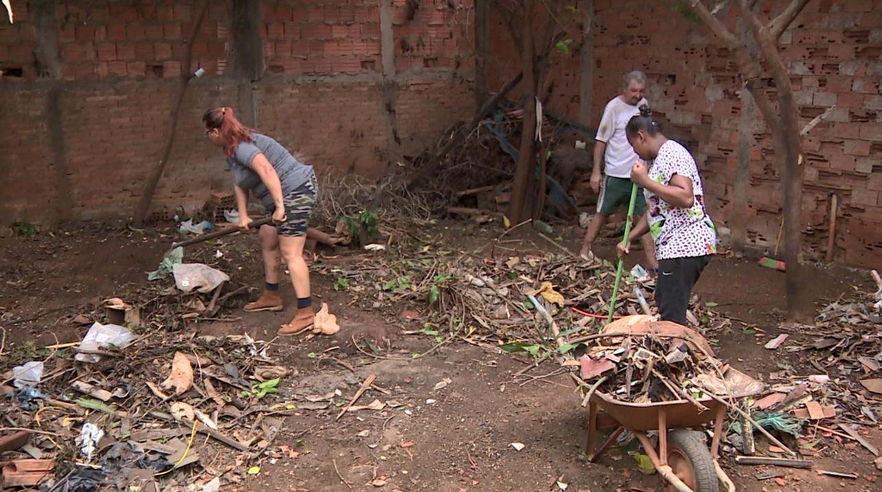 Moradores retiram lixo de casa de acumuladora em Americana:  'Rato, escorpião, muita barata' - Radio Evangelho Gospel