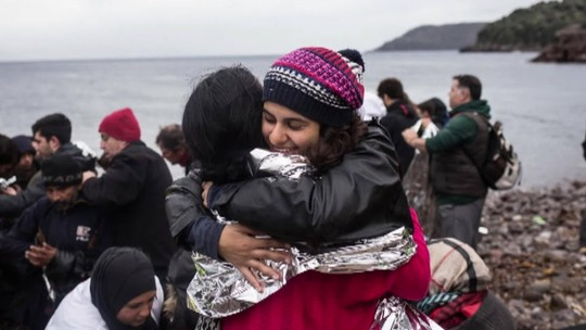 Brasileira ajuda refugiados na Grécia desde os 16 anos