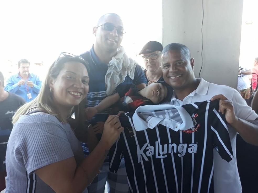 Marcelinho Carioca doa camisa para Enzo — Foto: Divulgação / Arquivo pessoal