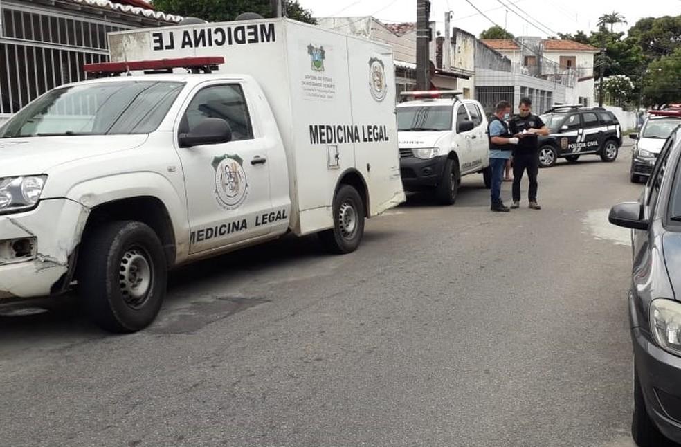 Homem morreu na Rua Aurélio Pinheiro, no Barro Vermelho — Foto: Julianne Barreto/Inter TV Cabugi