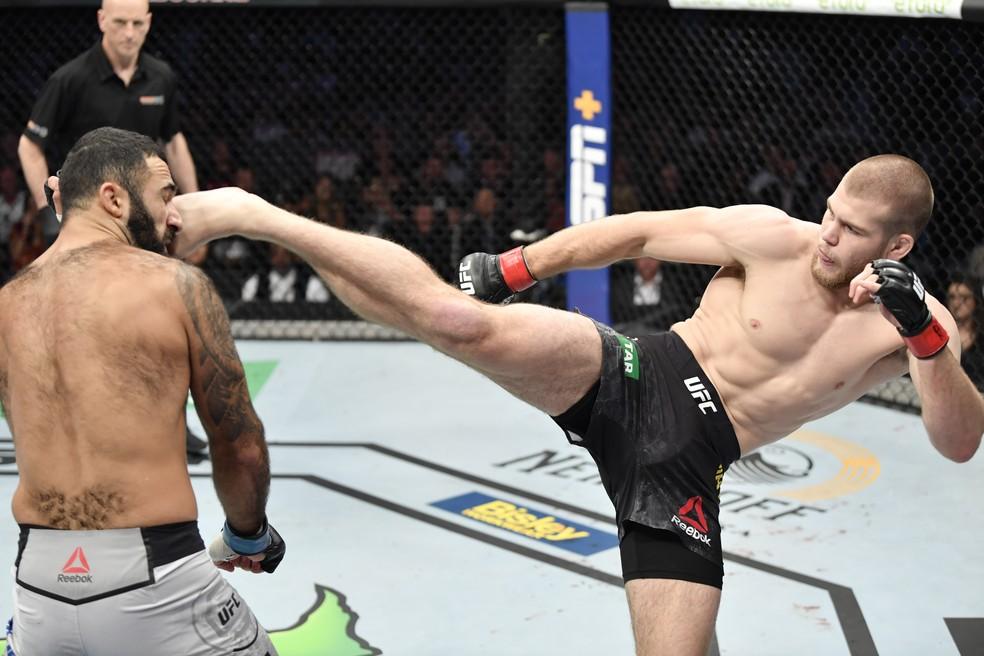 Jake Matthews acerta chute em Rostem Akman no UFC 243 — Foto: Getty Images