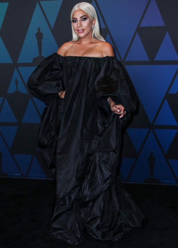 Lady Gaga em look todo preto para evento pré-Oscar (Foto: Backgrid)