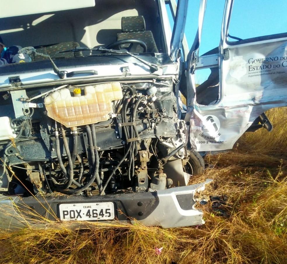 #PraCegoVer: O caminhão guincho envolvido no acidente