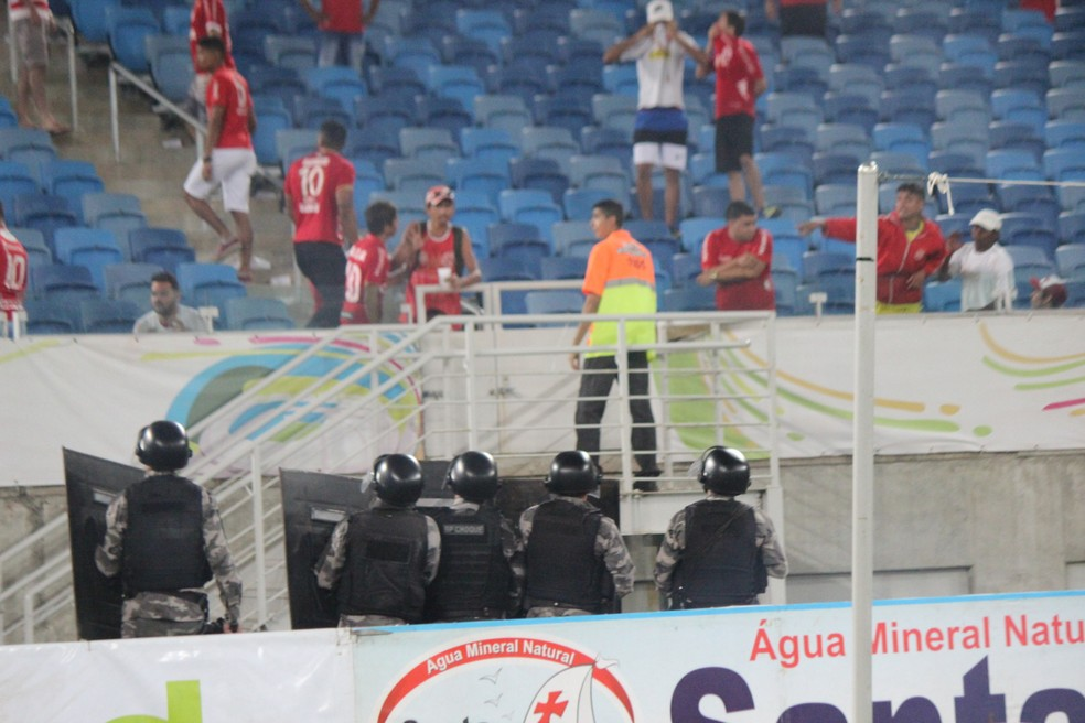 Policiais usam escudo para não serem atingidos com objetos lançados por torcedores (Foto: Diego Simonetti/Blog do Major)