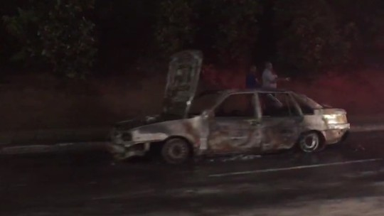 Carro pega fogo e deixa trânsito intenso na Avenida Paralela, em Salvador