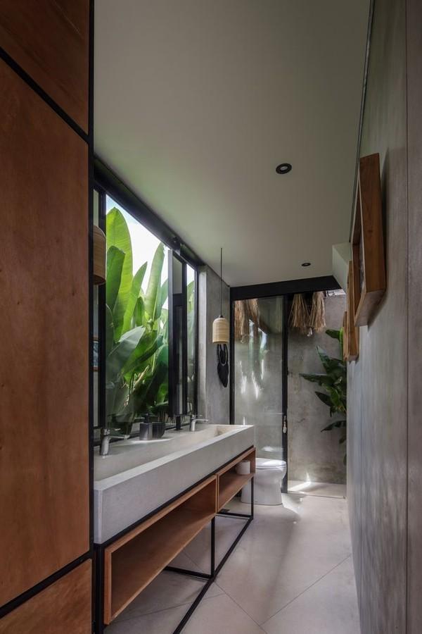 Décor do dia: banheiro industrial com vista para o jardim (Foto: KIE )