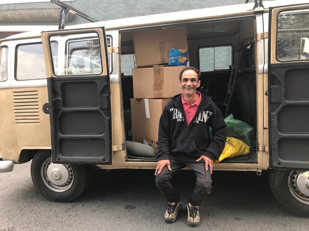 Morador de rua compra kombi com dinheiro da reciclagem e passa a morar nela com medo de ser roubado em SP