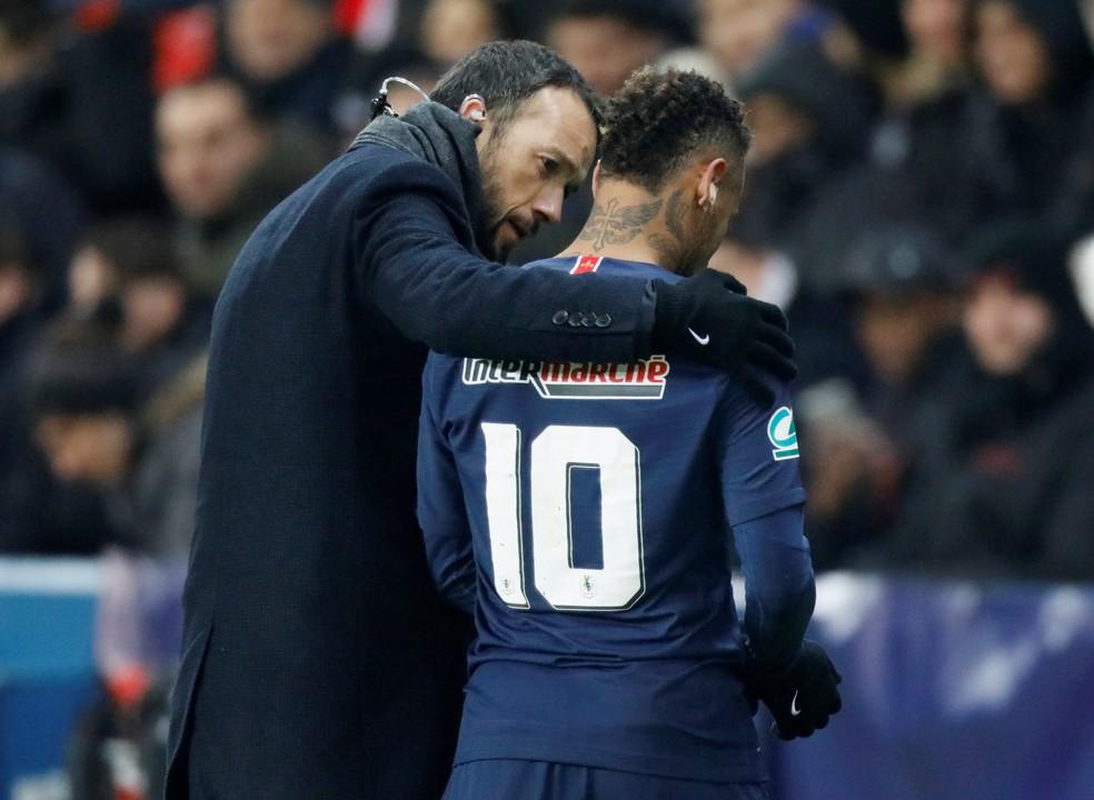 ... Neymar deixa o campo acompanhando por um membro da comissão técnica do  PSG — Foto  41b767f7deb9b