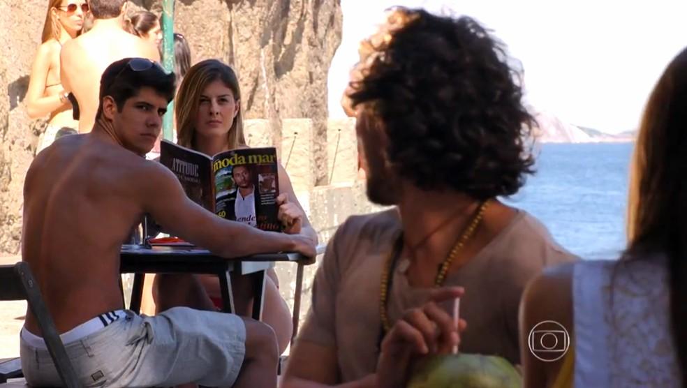 Lino (José Henrique Ligabue) não é reconhecido por mulher que vê revista com sua foto na capa - 'Flor do Caribe' — Foto: Globo