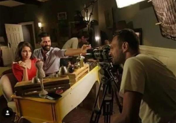atriz e modelo egípcia Sarah Elshamy revelou sem querer foi usado uma câmera profissional para tirar os selfies em vez da câmera do celular (Foto: Reprodução)