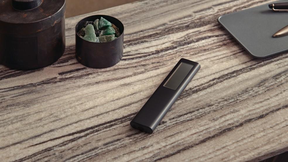 Controle remoto da Samsung tem painel solar na parte de trás. — Foto: Divulgação/Samsung