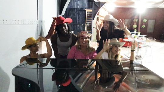 Jonathan Azevedo se diverte ao piano com bailarinas após ensaio do 'Dança dos Famosos'