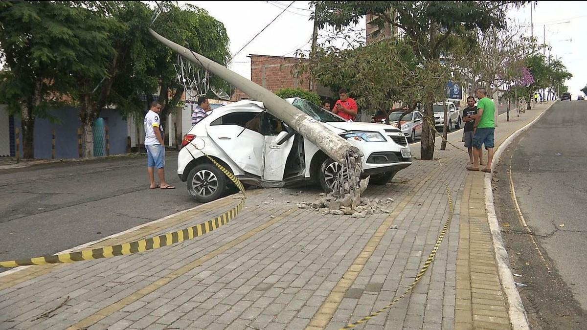 Motorista perde controle do carro e bate em poste em Campina Grande; veja vídeo