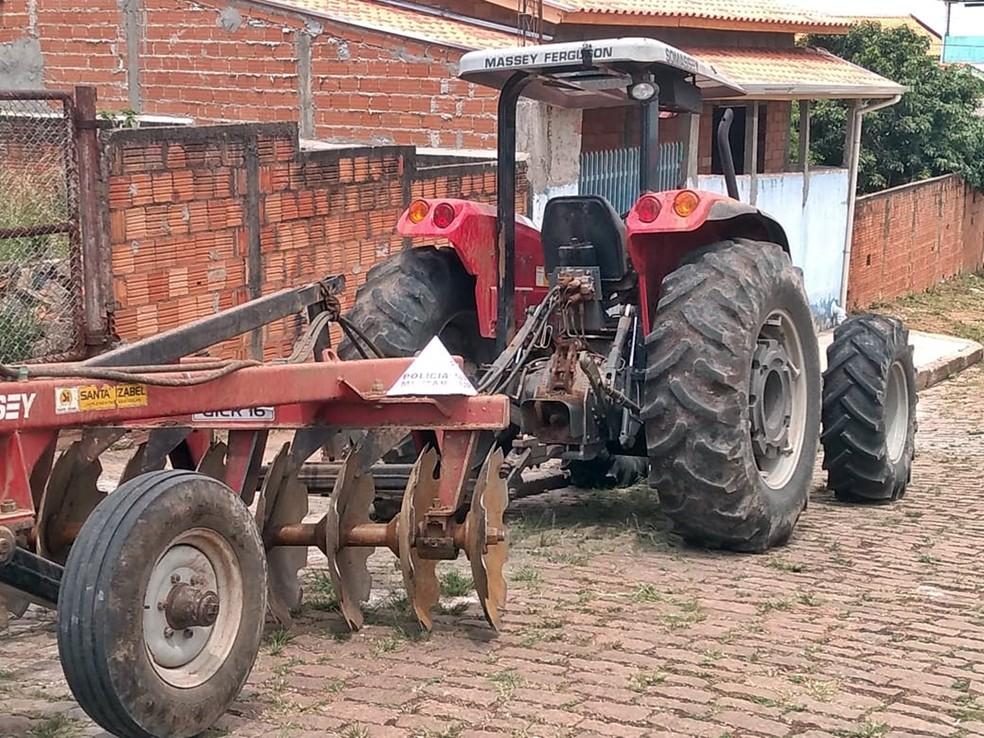 Um dos tratores recuperados pela polícia durante roubo na zona rural de Monte Santo de Minas (MG). — Foto: Polícia Militar