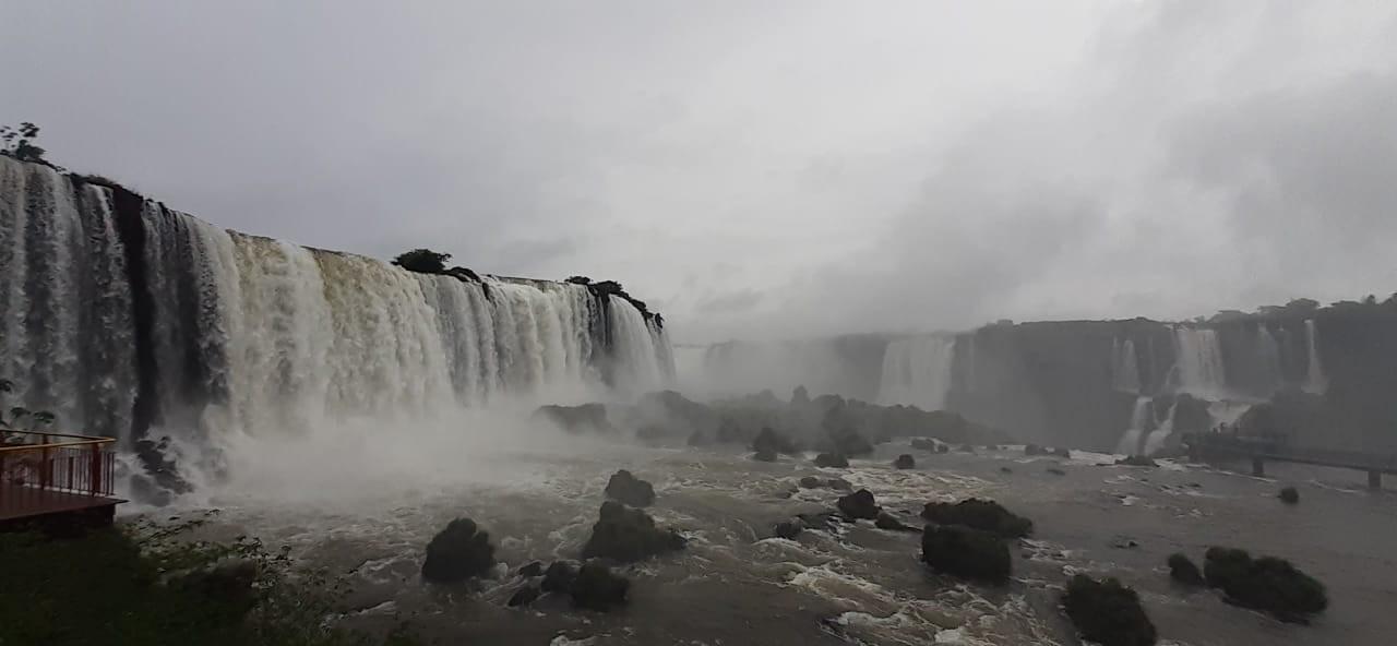 Chuva aumenta vazão e muda cenário nas Cataratas do Iguaçu; VEJA FOTOS