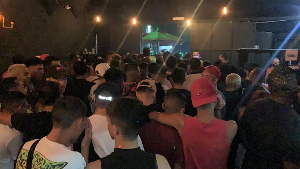 Festa clandestina que aconteceu em Taboão da Serra, na madrugada desta sexta-feira (16). — Foto: Alex Painners
