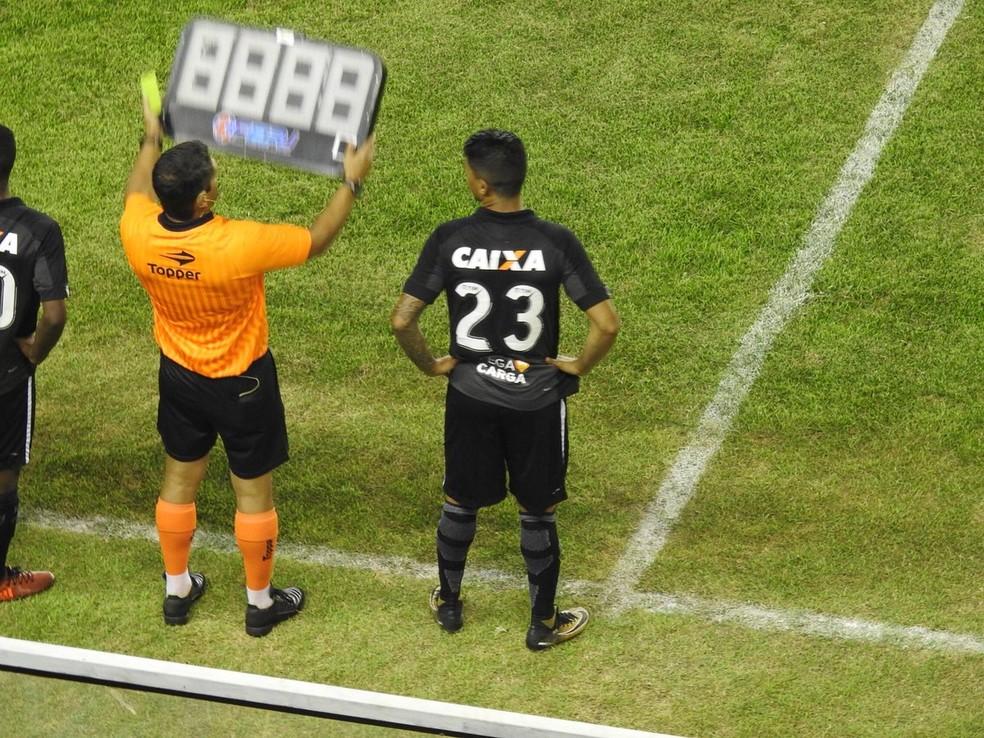 Um dos reforços, Renatinho tem entrado só no fim dos jogos (Foto: Fred Gomes)